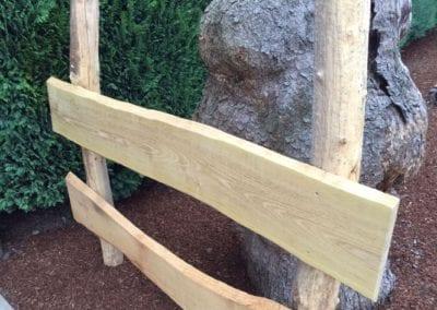 Zaun aus geschälten Robinienpfählen und unbesäumten Robinienbrettern